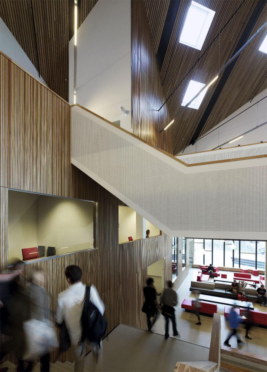 Das Amsterdamer University College von Mecanoo: Unter dem schräg aufgesetzten Sheddach eröffnen sich gemütliche Lernlandschaften. Eingeschnittene Lufträume schaffen ein Klima der Offenheit, Fenster erlauben Blickbezüge in die Gruppenräume.