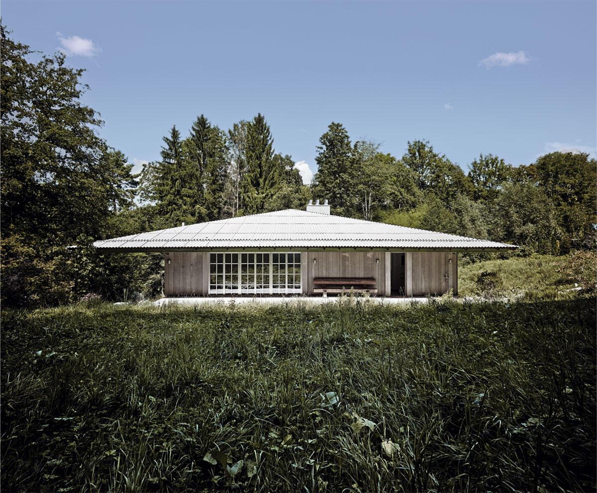Japanische Anmutung: In der Ansicht von der Strasse erscheint das Haus nur eingeschossig; das flach geneigte Dach erhält dadurch noch mehr Gewicht und Präsenz. Villa in Würenlos von Andreas Fuhrimann und Gabrielle Hächler Architekten.