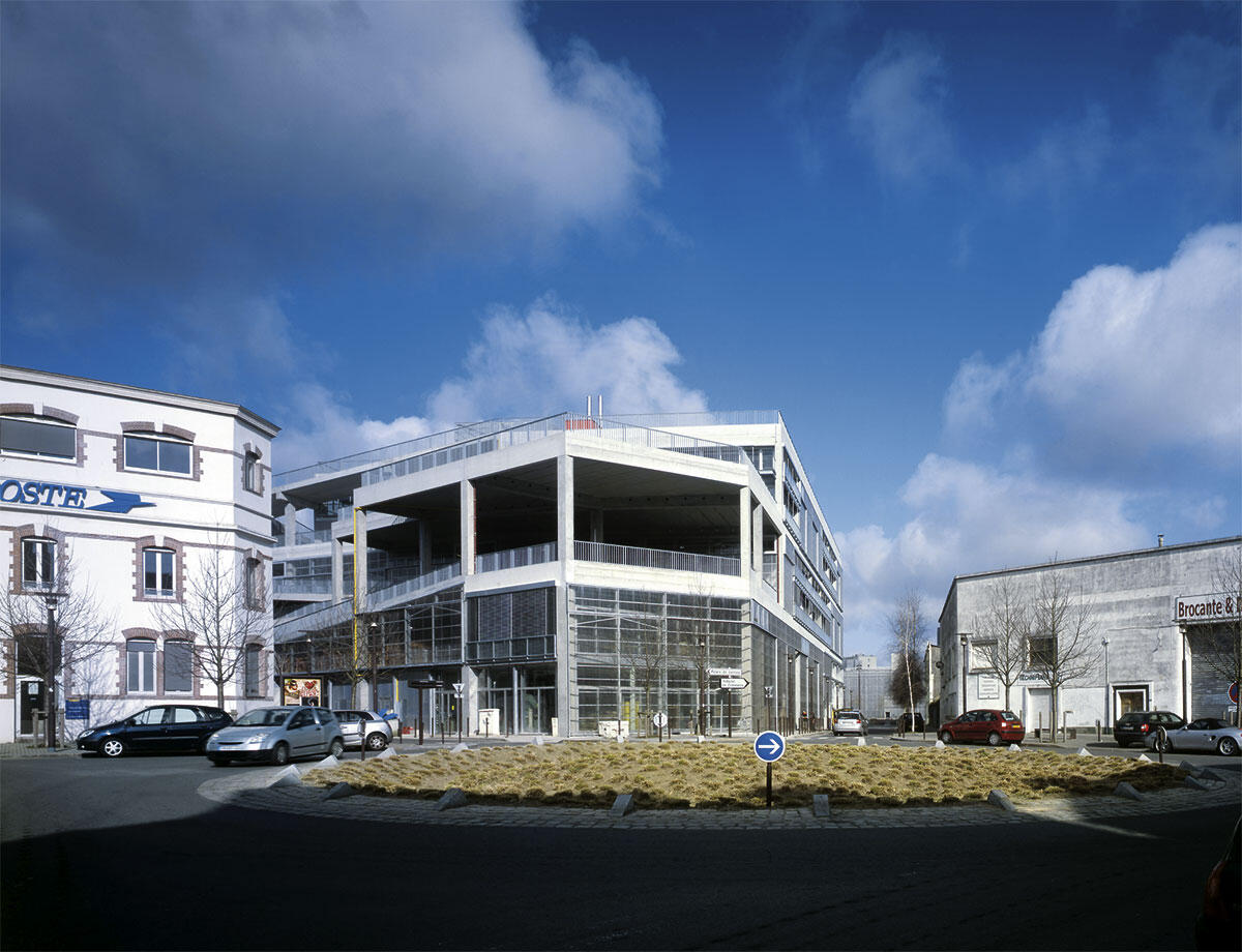 Der Bau fügt sich in die bestehende Stadtgeometrie ein und tritt an der Place Francois II prägnant in Erscheinung.