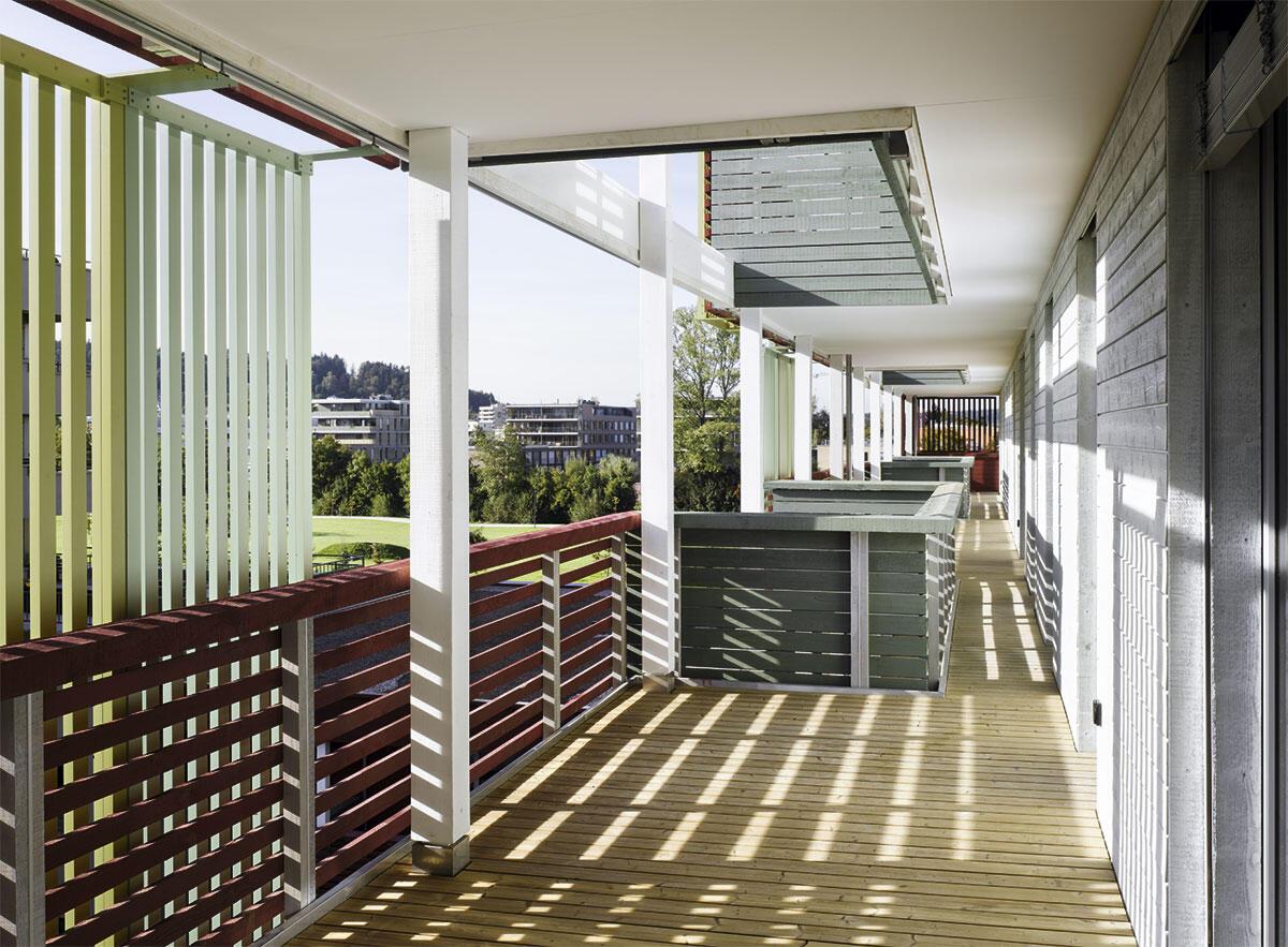 Gemeinschaftliche Balkone mit gefiltertem Licht bietet die Giesserei Winterthur von Galli Rudolf Architekten.