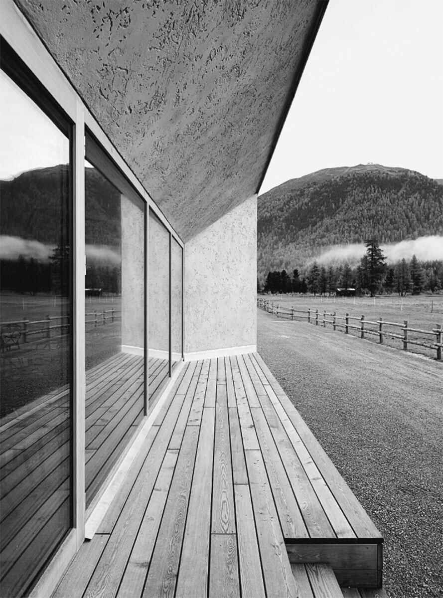 Die überdimensionierten Fensterlaibungen bieten einen geschützten Aufenthalt und gemahnen an traditionelle Engadinerhäuser.