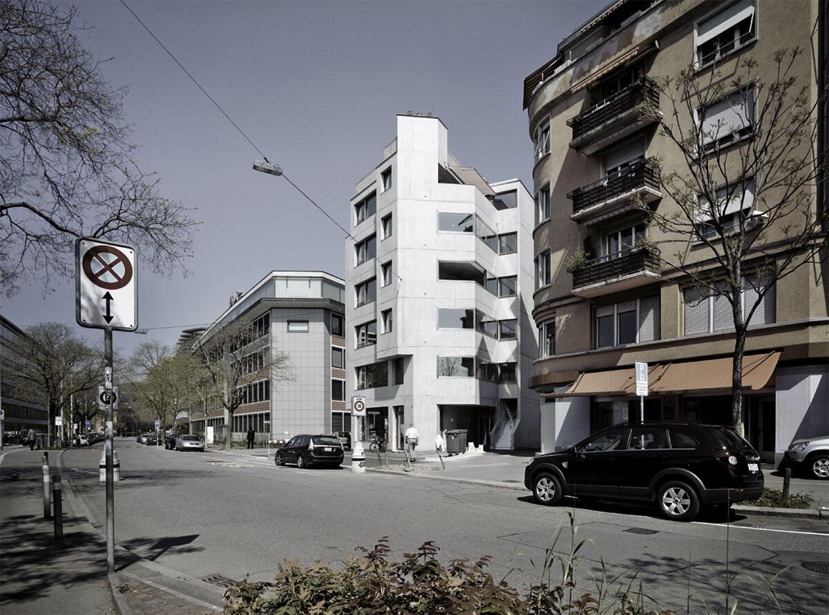 Strassenansicht des Wohnhauses in Zürich von Fuhrmann Hächler Architekten
