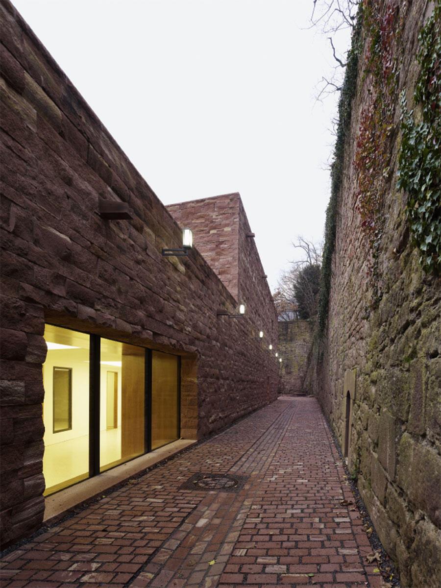 Das Besucherzentrum für das Heidelberger Schloss von Max Dudler: Gasse zwischen Besucherzentrum und Stützmauer aus dem 17. Jahrhundert, hinten in der Flucht die Sattelkammer.
