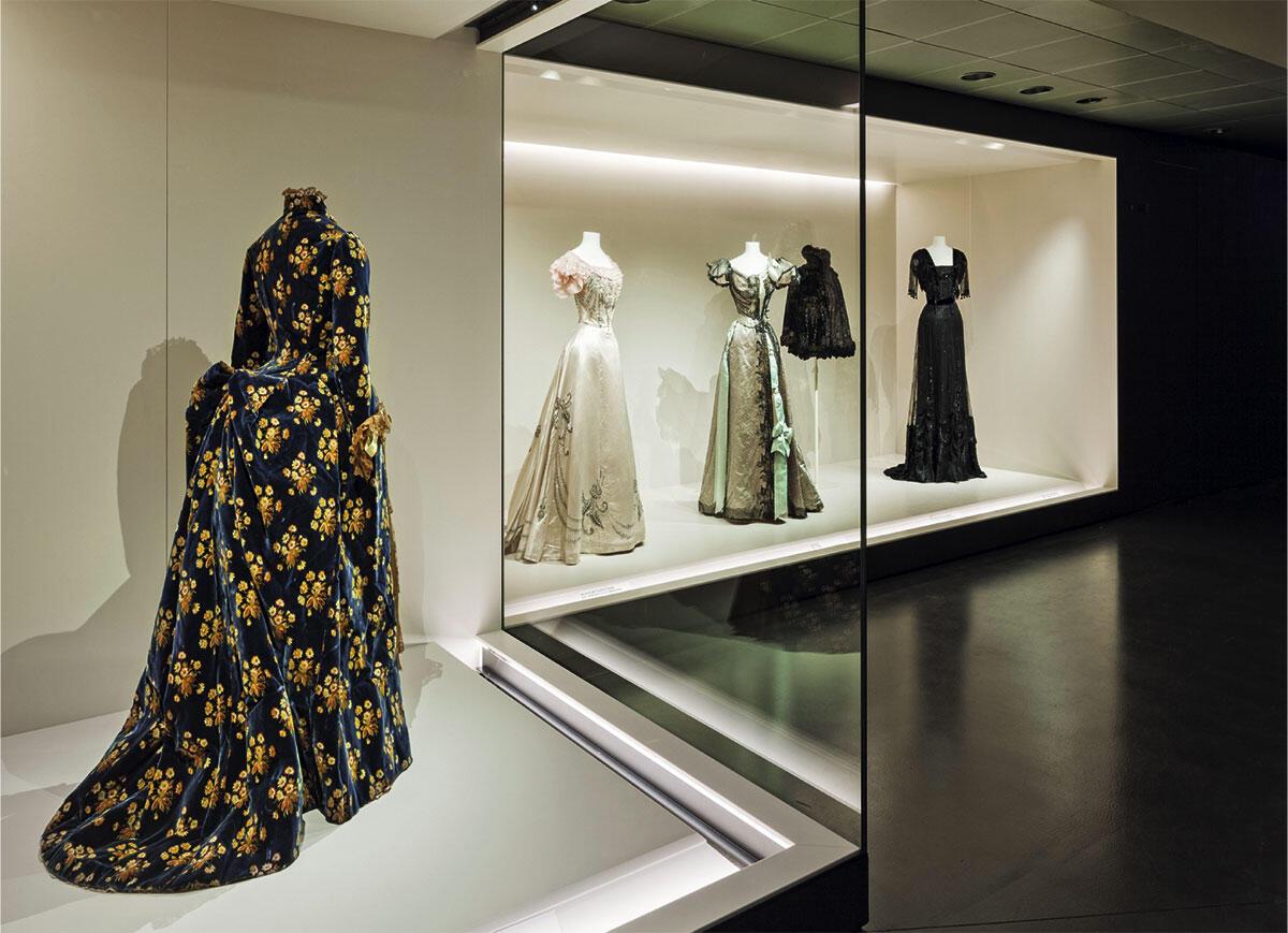 Die neue Modesammlung ist als Passage durch eine Abfolge von hell erleuchteten Schaufenstern inszeniert.