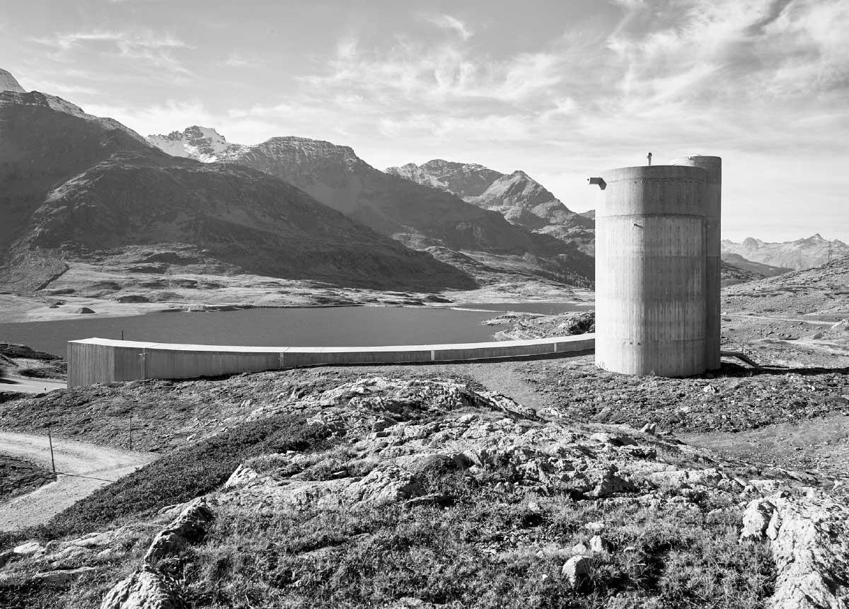 Der unterirdische Bau macht sich die Landschaft zu eigen: die Staumauern, Berge und technischen Bauwerke. Bild: Guido Baselgia