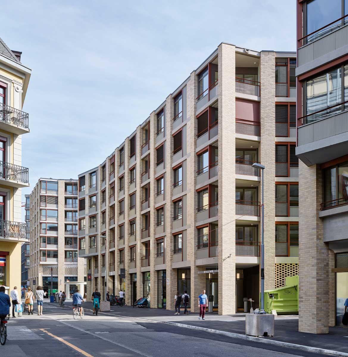 Im neu entstandenen Strassenraum fühlt sich das Publikum im Sommer 2019 sichtlich wohl. Die Bebauung vernetzt sich mit dem Quartier. Bild: Philip Heckhausen