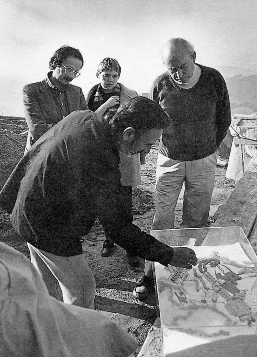 De Carlo führt Pierluigi Nicolin, Susanne Wettstein und Peter Smithson (von links ) in seine Projekte für Urbino ein.