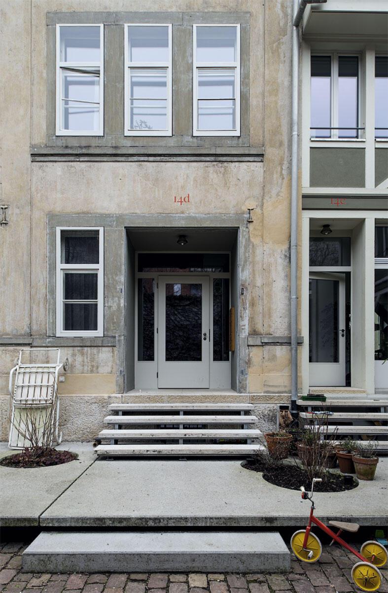Die 2012 zum Wohnen umgebauten Häuser an der Basler Reichensteinerstrasse 14 von Kräuchi Architekten mit dem Landschaftsarchitekten Pascal Gysin bestechen mit gestuften Übergängen: Treppen, Terrassen und Türnischen sowie die Markierungen durch die Bepflanzung erleichtern die Aneignung durch die Bewohner.