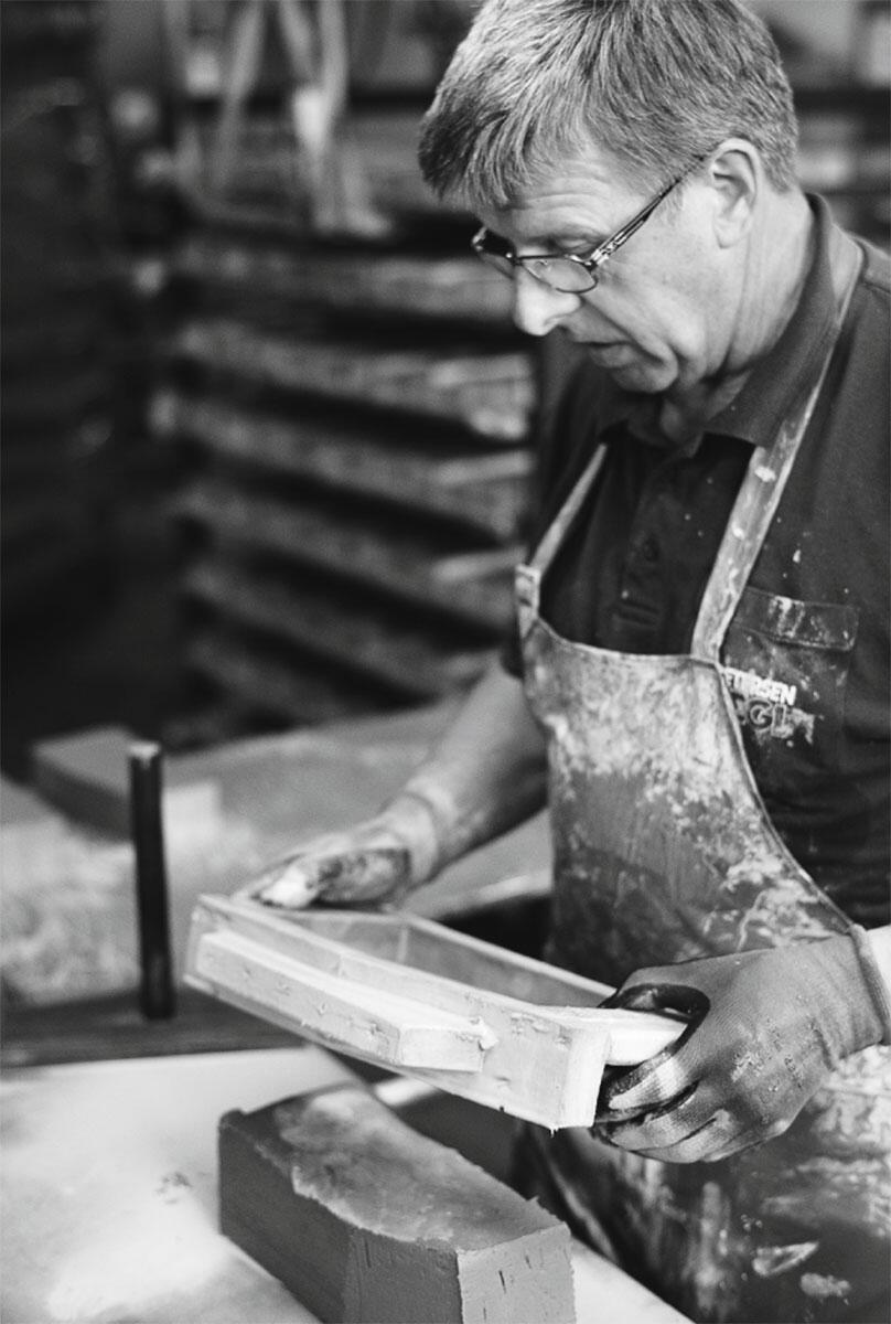 Formsteine II: Von Hand mit einem Holzrahmen in Form gebracht werden die Backsteine bei Petersen Tegl in Dänemark.