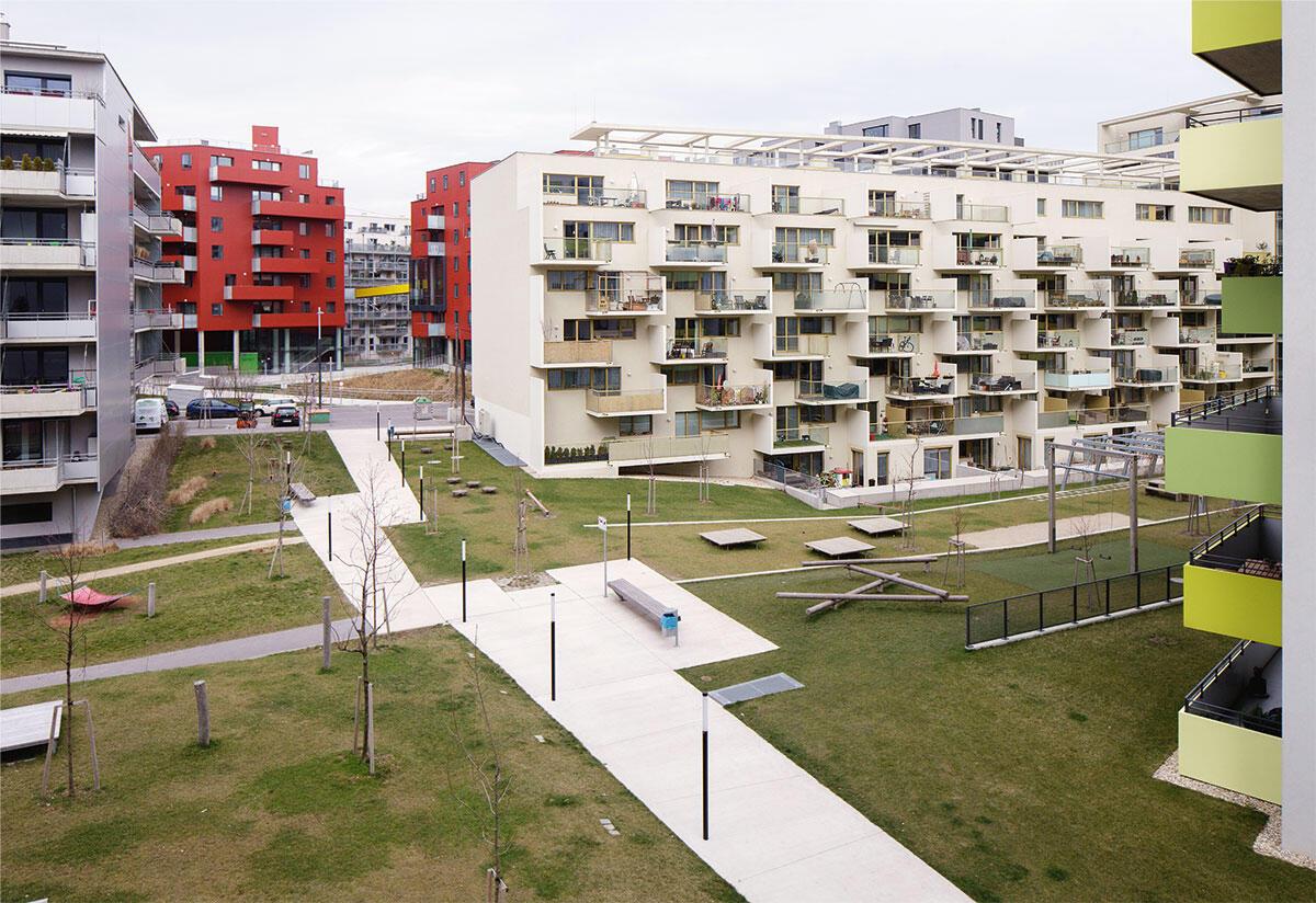 Die Hofdurchwegung des Blocks C2 verbindet die angrenzenden Baufelder im Wiener Sonnwendviertel. Doch zu drei Seiten säumen Brandwände den Hofzugang, und die Hofgestaltung lässt Grosszügigkeit und Absprache vermissen.