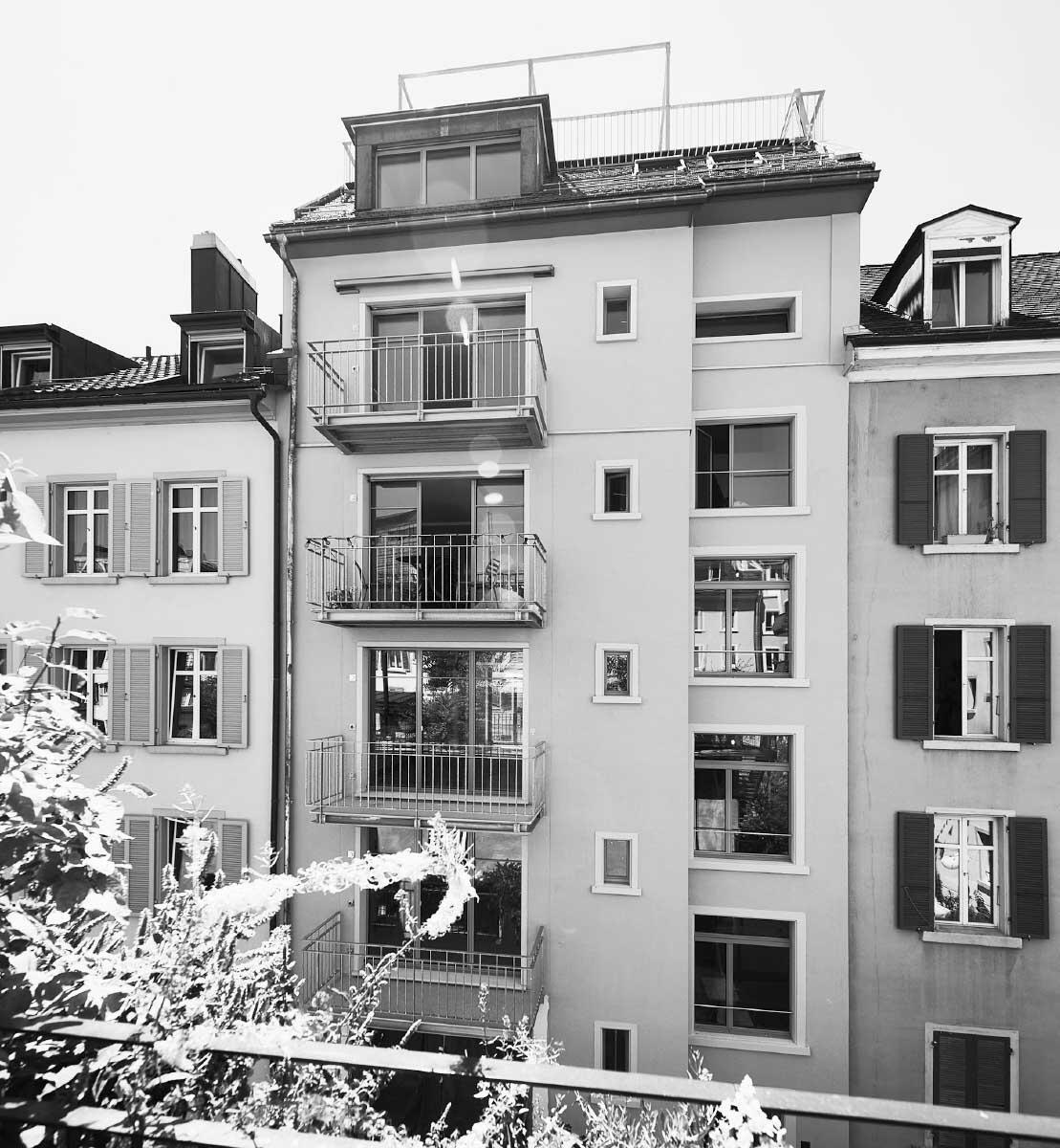 Mit neuen Balkonen und grossen Fenstertüren öffnen sich die Wohnungen zum neu belebten Innenhof. Küche und Wohnraum erhalten dadurch Licht und Weite. Bilder: Andrea Diglas