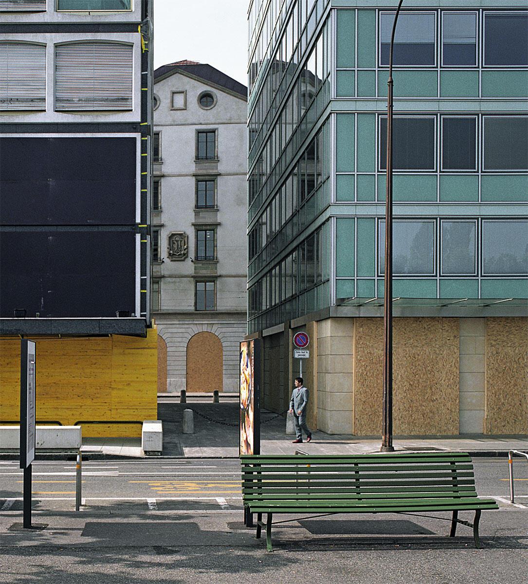 Das Bild des Lausanner Fotografen Nicolas Savary entstand in einer Serie von Bildern im Juni 2003, als in Evian, am französischen Südufer des Lac Léman der G8-Gipfel stattfand. In der Schweiz und besonders in Genf herrschte im Vorfeld des Gipfels eine grosse Angst vor Zehntausenden von demonstriernden Globaliserungsgegnern. Die Ladenbsitzer im Stadtzentrum wappneten sich gegen vermutete Sachschäden mit der kompletten Verbarrikadierung der Erdgeschosse.