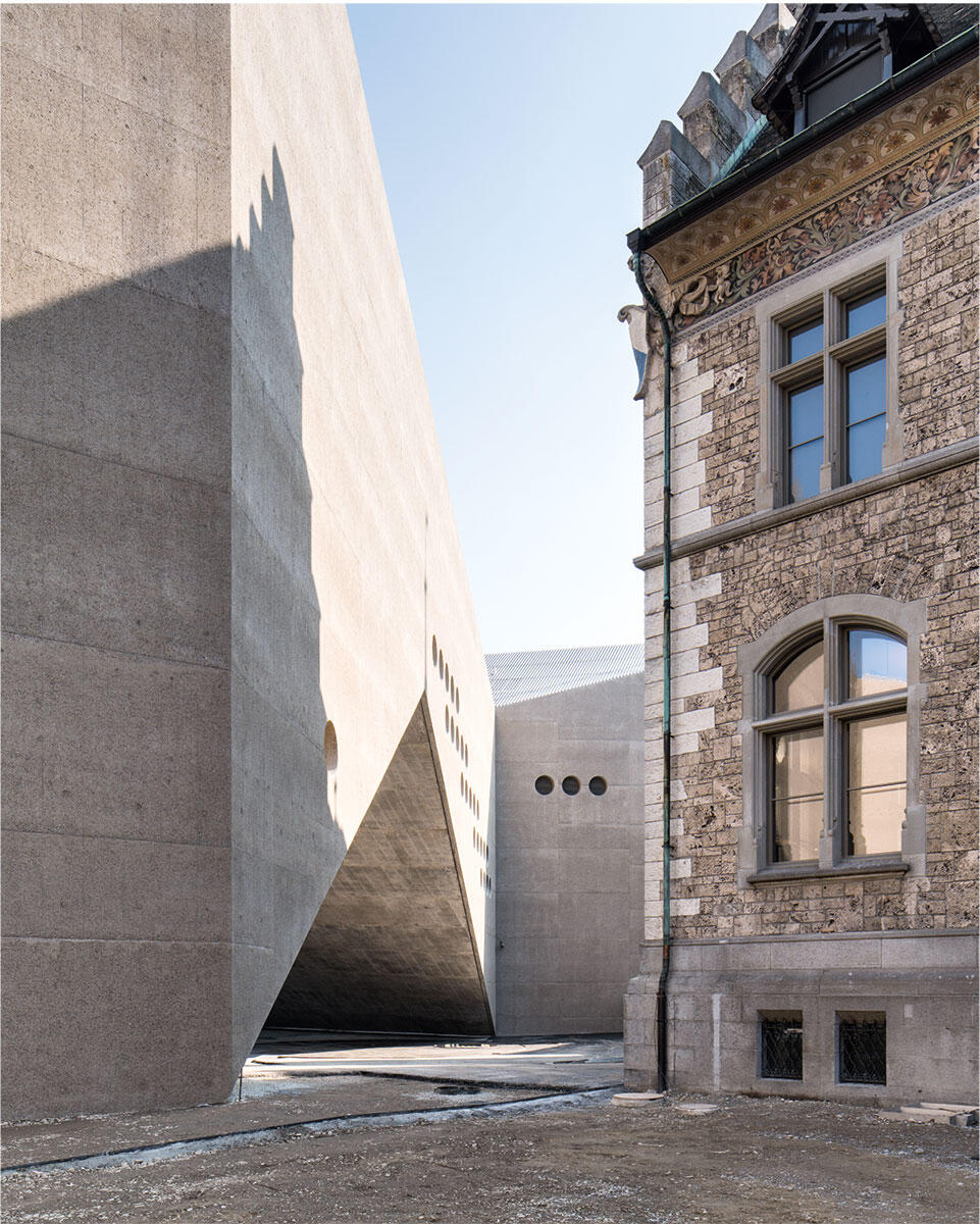 Mit dem Muskelspiel der Kanten, rauer Oberfläche und Rundfenstern nimmt der neue Teil des Schweizerischen Landesmuseums von Christ & Gantenbein Bezug auf den Altbau von Gustav Gull.