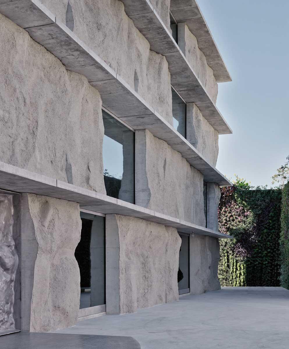 Das Zentrum für Restauration von Gemälden und Büchern liegt am Pearling Path im Herzen der Altstadt von Muharraq. Es erhielt seinen Namen von einer üppig begrünten Mauer von Patrick Blanc nebenan.  Bild: Anne Holtrop