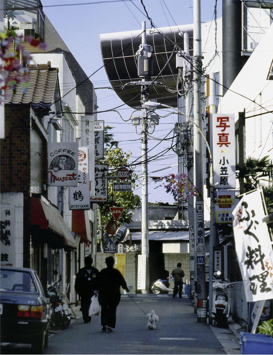 Über das Gewirr der Metropole erhebt sich wie ein Luftschiff als Erkennungsmerkmal des Tokyo Institute of Technology die Halbröhre der Centennial Hall (1987). Der Bau ist eine eigentliche «Stadtmaschine», die konkret und zugleich unfassbar die Unordnung Tokios reproduziert.
