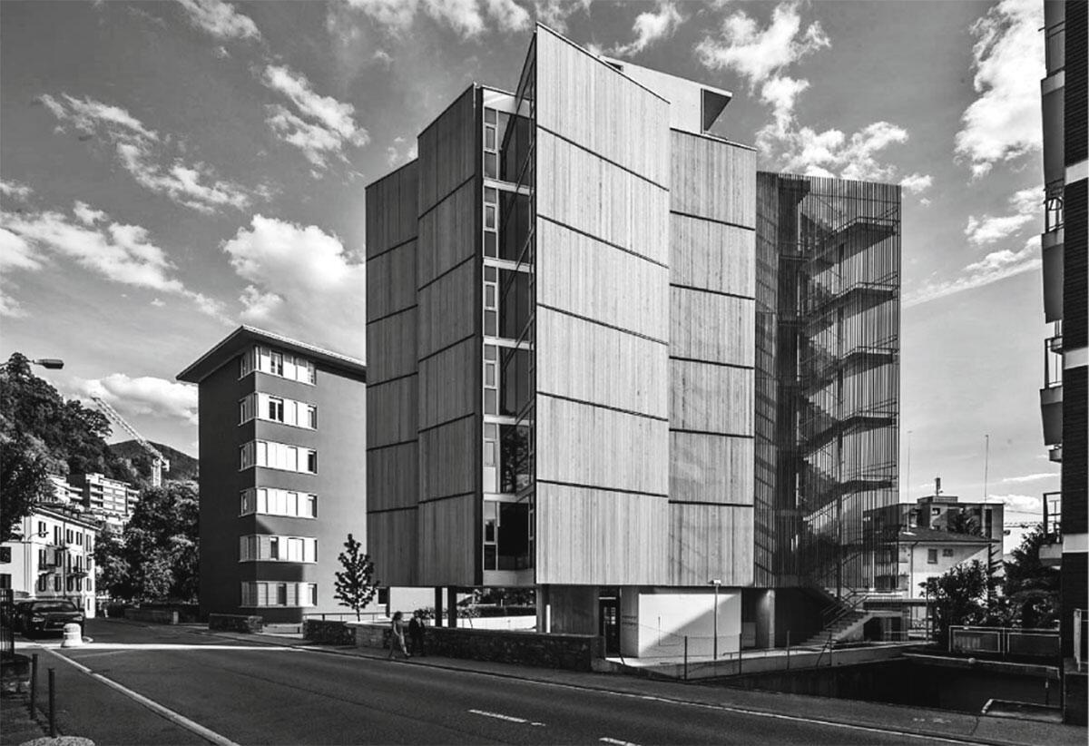 Scharf geschnittene Wandelemente aus Glas oder Holz kontrastieren mit der organischen Grundrissform der Palazzina: Casa Pico in Lugano von SPBR arquitetos, Angelo Bucci, São Paulo und Baserga Mozzetti architetti, Muralto