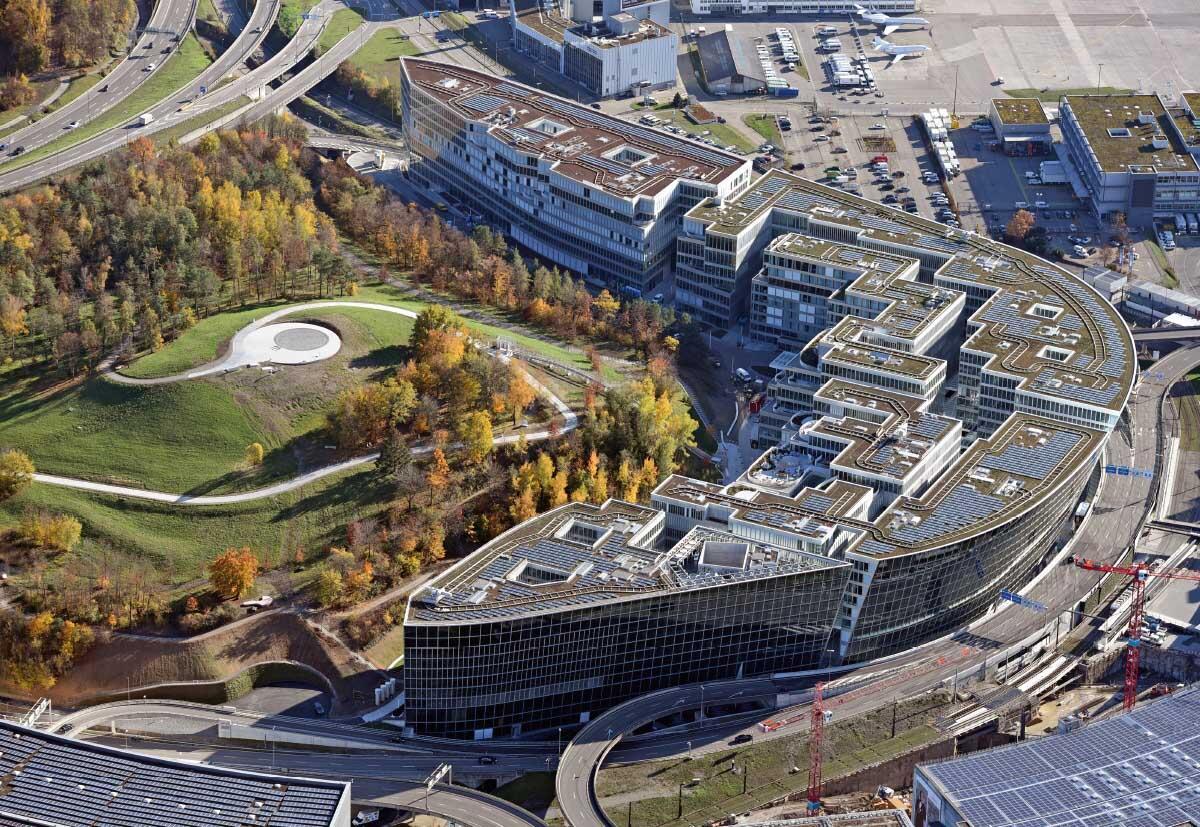 180 000 m² Nutzfläche, fast 1 Milliarde Franken verbaut: Direkt beim Flughafen und optimal durch ÖV und MIV erschlossen entstand nach fünfjähriger Bauzeit ein neuer Dienstleistungs-Hub. Bild: Simon Vogt / Flughafen Zürich