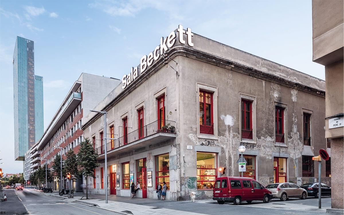 Die Sala Beckett liegt unweit der Avenida Diagonal. Äusserlich kaum verändert, öffnet sich das Theater zum Quartier. Bild: Adrià Goula Sardà