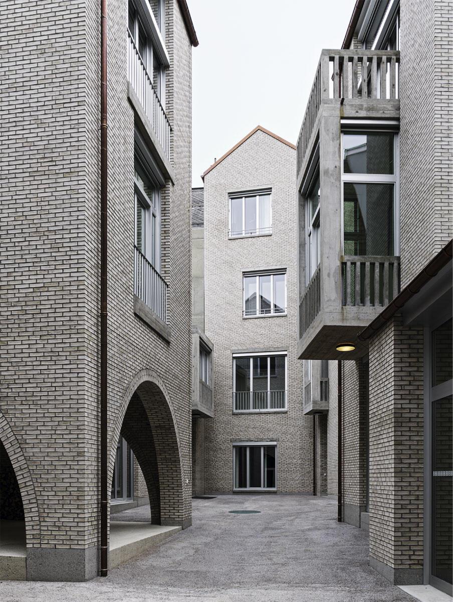 Die Engstelle im vertraut erscheinenden Hof des Jazz-Campus in Basel von Buol & Zünd.
