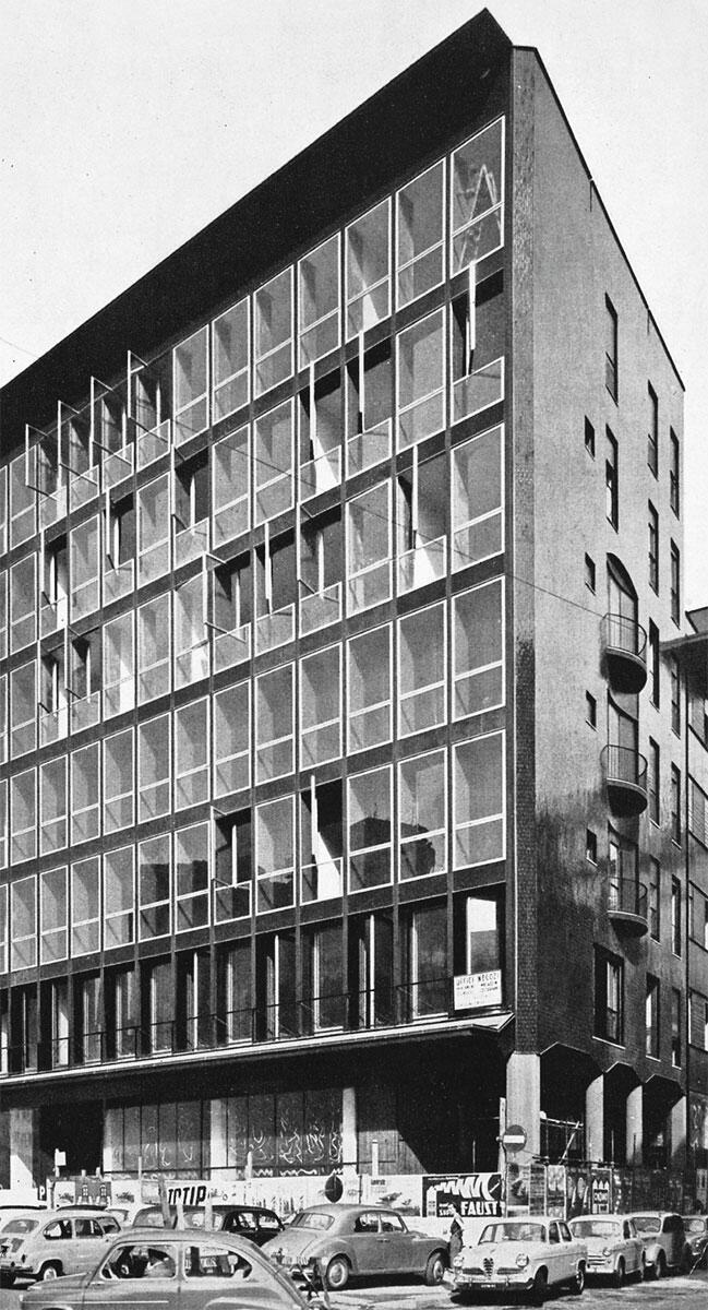Inszenierte Kontraste: An der Ecke begegnen sich Curtain Wall und Palazzo; die tradierte Hierarchisierung von Haupt- und Nebenfassade wird hintertrieben und ins Groteske verzerrt.