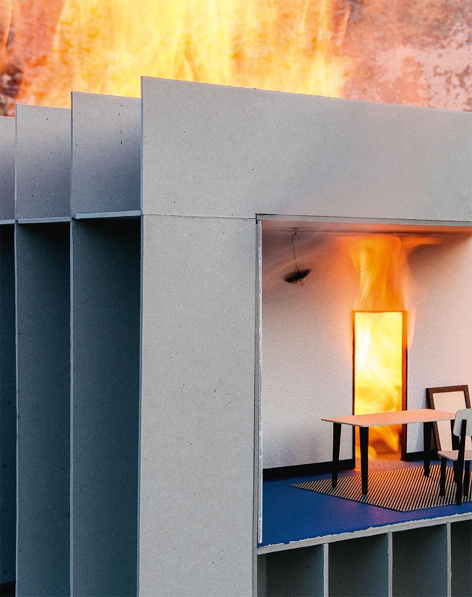 Architektur muss brennen! Damit der Phönix der Asche entsteigt, ist mit dem Brand auch immer ein Stoffwechsel verbunden. Modellaufnahme.