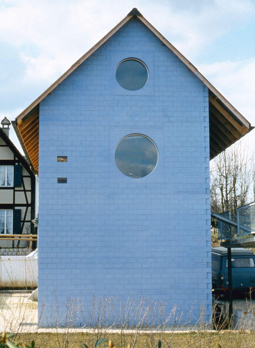 Das Blaue Haus in Oberwil von Herzog & de Meuron gilt als Inkunabel einer regionalen Schweizer Architektur. Genau besehen sind es aber die Unterschiede zum Kontext, die sich auf die Netzhaut eingebrannt haben.