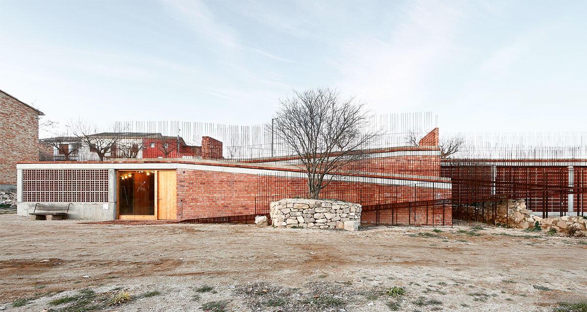 Mittel des modernen ländlichen Zweckbaus: industrieller Backstein, Betonskelett und frei herausragende Armierungseisen fügen sich zu einem geheimnisvollen Ort am Rand des katalanischen Dorfs Seró. Architektur: Toni Gironès.
