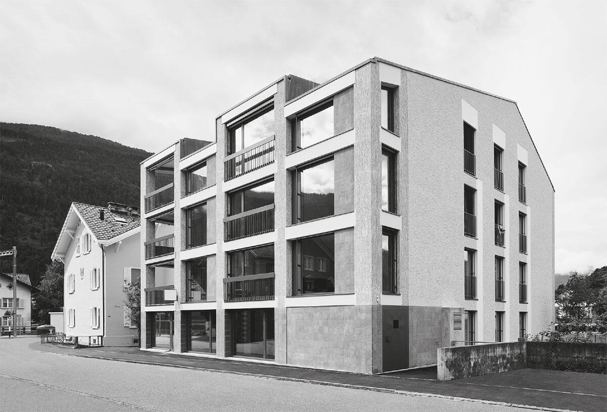 Wie bei den Villen von Andrea Palladio reagieren die Fassaden jeweils verschieden auf den Kontext: Mehrfamilienhaus in Domat-Ems von Aita Flury.