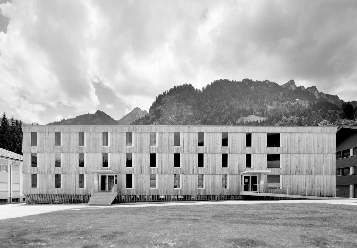 Regelmass und Ausnahmen schaffen spannungsvolle Fassaden. Die Möbel sind «aus dem selben Holz geschnitzt» wie die bescheidenen Bauten selbst. Bild: Hansueli Schärer