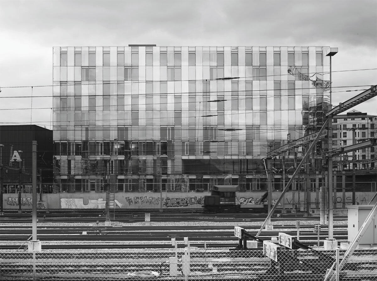 Aussenfassade aufs Bahngleis.