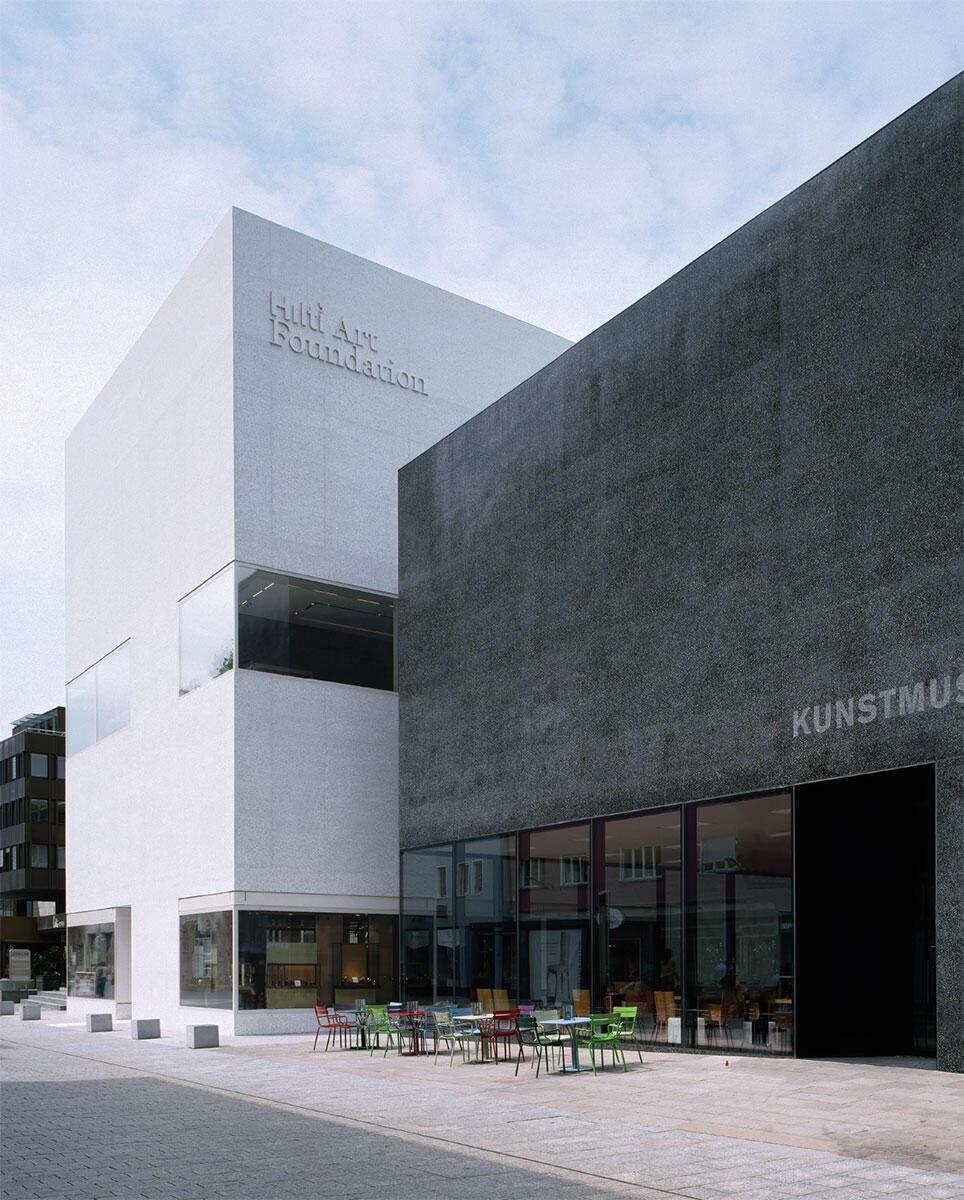 Neben dem schwarzen Bau des Kunstmuseums Vaduz schiebt der Neubau der Hilti Art Foundation sich leicht vor und bildet zur Hauptgasse einen angemessenen Vorplatz.