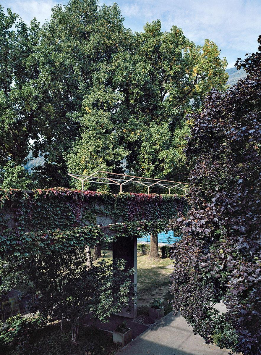 Mit Aurelio Galfetti und Ivo Trümpy konzipierte Flora Ruchat-Roncati das Bad als erhobenen Weg zwischen Stadt und Fluss. Bild: Tonatiuh Ambrosetti