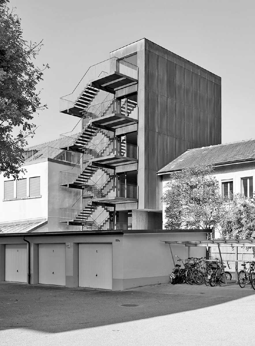 Die expressive Treppe auf der Hofseite ist gleichzeitig Erschliessung und privater Aussenraum. Die Aussenküche auf der Dachterrasse steht der ganzen Hausgemeinschaft zur Verfügung.  Bild: Dirk Weiss