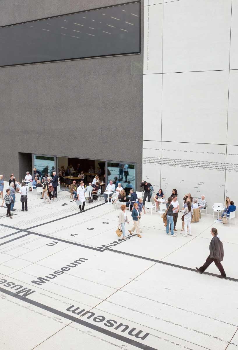 Am Eingang zur Galerie: Der Plattenbelag des Künstlers Michael Riedel gibt die Äusserungen aus den Parlamentsdebatten zum Projektverlauf wieder. Bild:Oliver Dietze / Stiftung Saarländischer Kulturbesitz