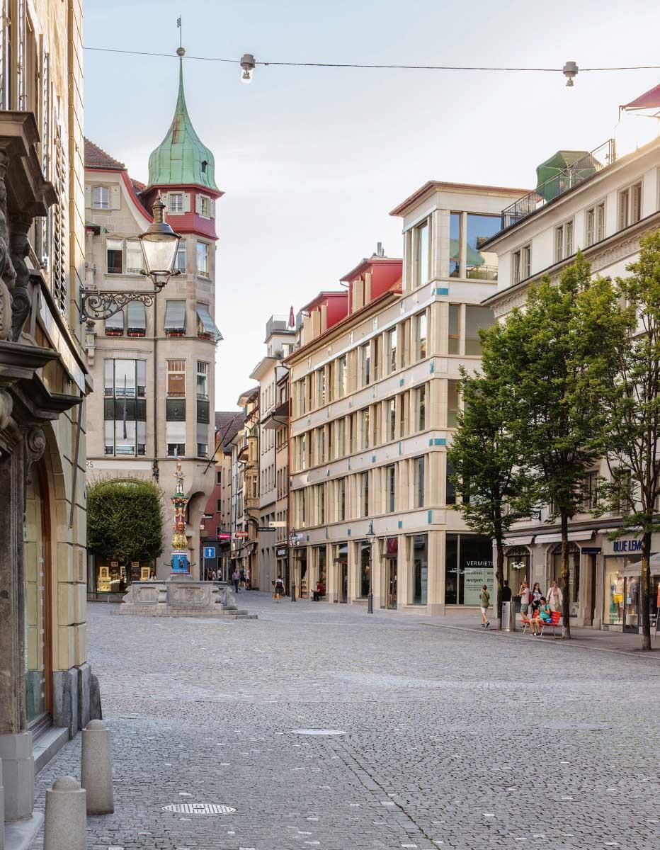 In den Details anspielungsreich, mit handwerklichen Keramik-Formteilen versehen, sitzen zwei Wohngeschosse auf zwei Etagen für Geschäftsnutzung.  Bild: Andreas Buschmann