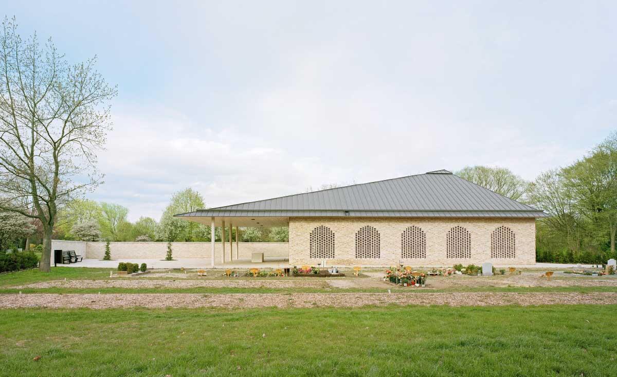Eine L-förmige Sichtbacksteinmauer trennt den neuen Friedhofsbereich von den christlichen Grabfeldern nebenan. Bild: Markus Dorfmüller