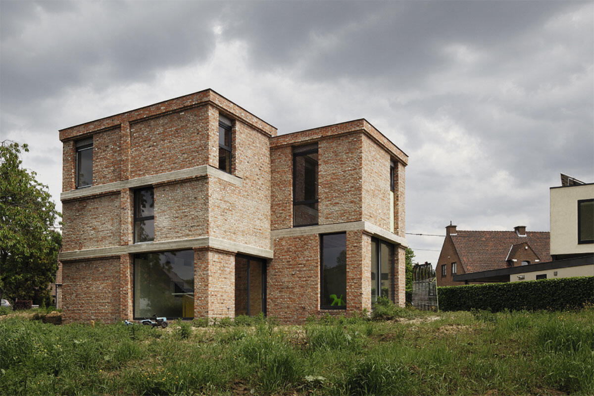 Alle konstruktiven Erfordernisse, wie beispielsweise die Ringanker aus Beton, treten aussen nach statischer Notwendigkeit in Erscheinung: Einfamilienhaus in Asse von Blaf.