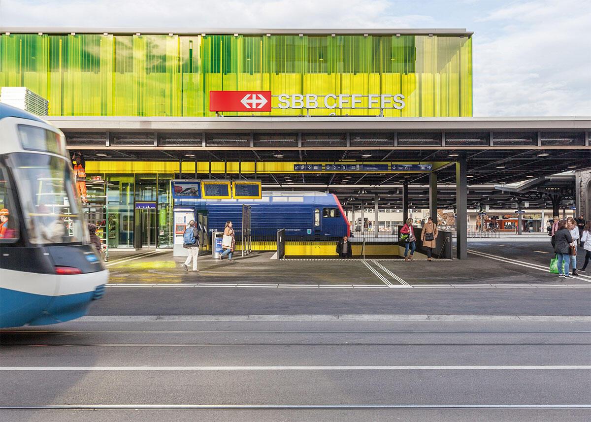 Die Abgänge zu den beiden zentralen Unterführungen sorgen nebst gestalteter Transparenz für freie Durchsicht von Stadtkante zu Stadtkante. Bild: Fabian Willi