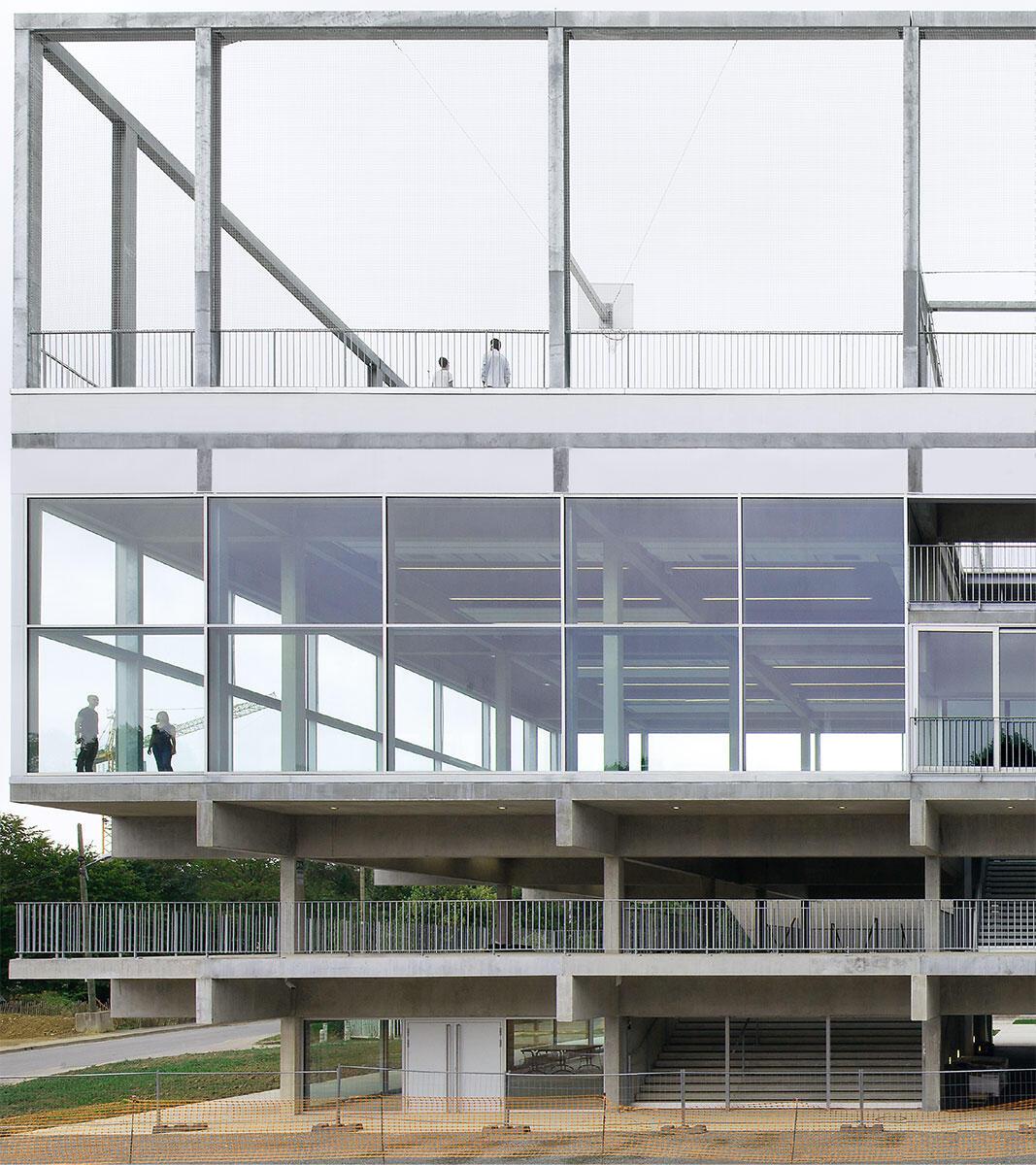 Jede Etage im massiven Betonregal ist anders bespielt. Es stapeln sich: Café, Frischluftterrasse, Speisesaal, Gymnastikraum und Sportfeld. Bild: Maxime Delvaux