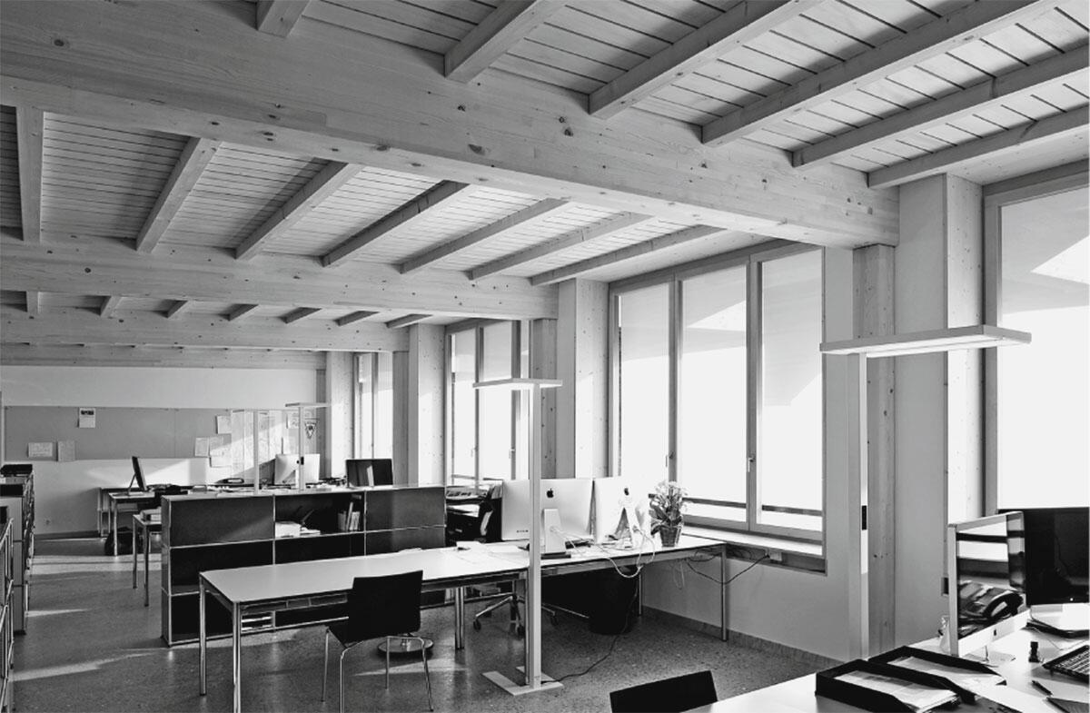 Die sichtbare Tragkonstruktion aus Holz prägt den Ausdruck der Büroräume im Gartenbau-Werkhof von BDE Architekten.