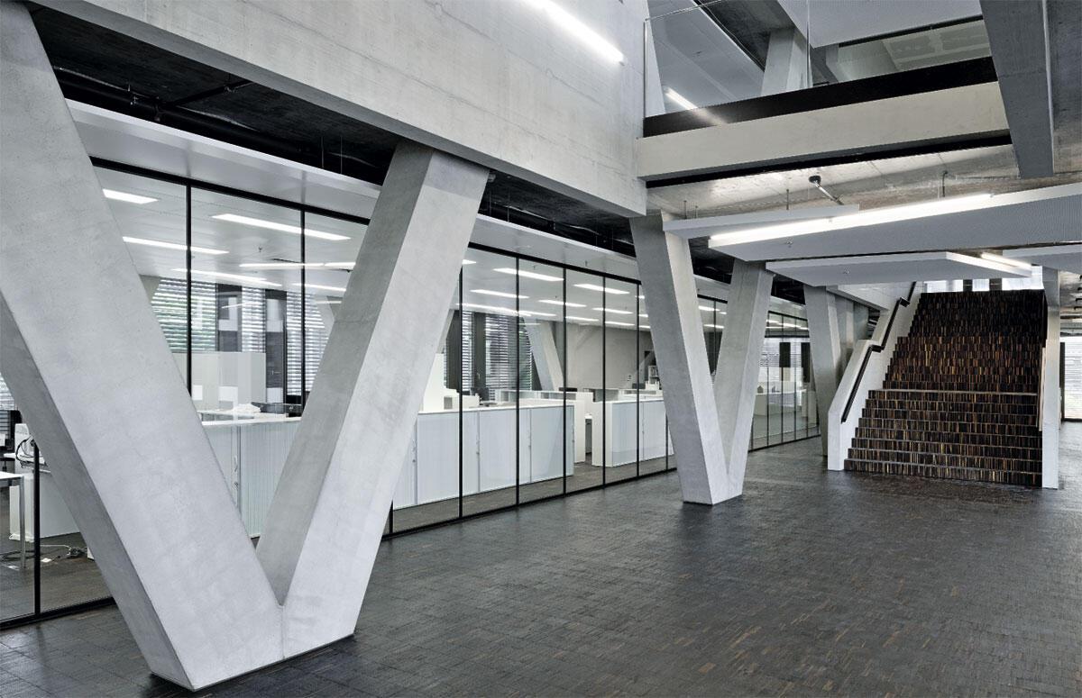 Informelle, öffentliche Zonen prägen das Hochschulleben: Räume für Erschliessung, Gruppenarbeiten und individuelles Lernen in der FHNW in Brugg-Windisch von Büro B.