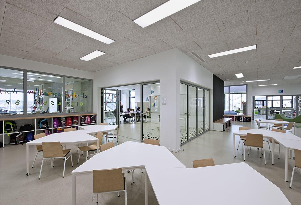 Die Erschliessungszonen sind möblierte Lernlandschaften. Innere Fenster schaffen Blickkontakte und Übersichtlichkeit. PPAG Architekten