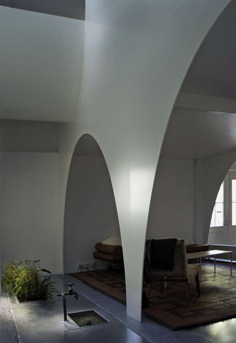 Ausschnitt aus dem «Haus mit dünnen Wänden»: Wohnbereich mit Brunnen im Erdgeschoss.