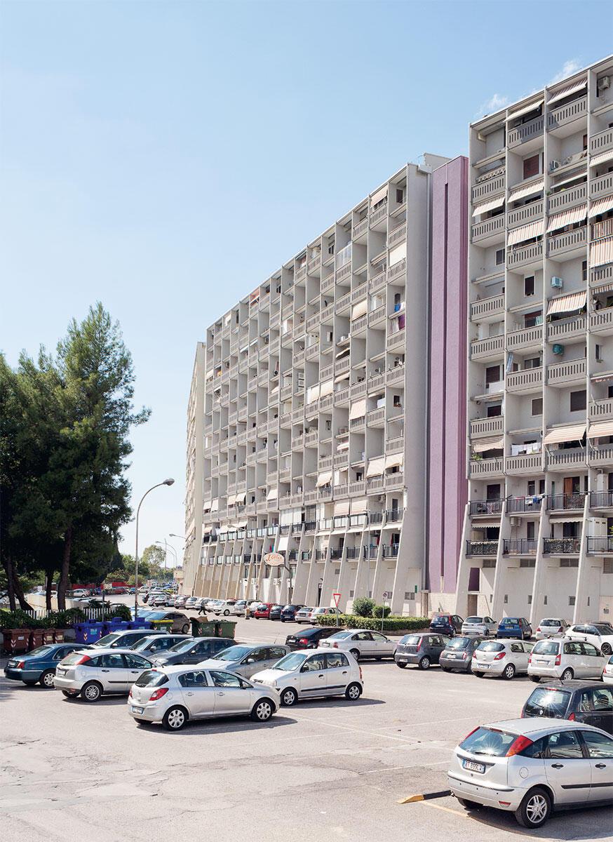 Grossform im städtischen Raum: Der Bogen der Wohnhäuser La Colasiderta öffnet sich mit einer Kolonnade zur Strasse. Bild: Anna Positano