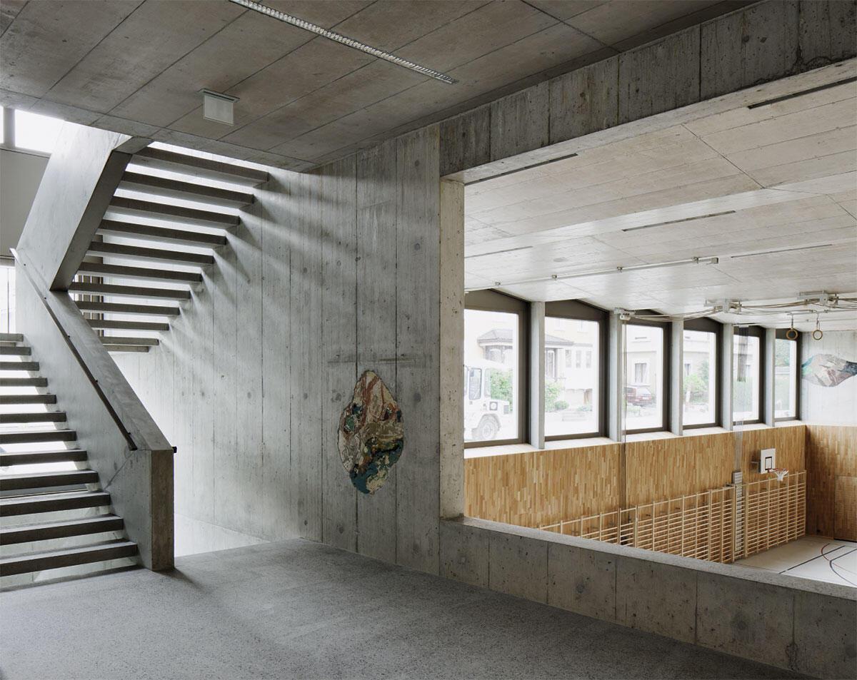 Eingangsbereich der Säntishalle mit Treppenanlage und Blick in die Turnhalle, Michael Meier und Marius Hug Architekten.