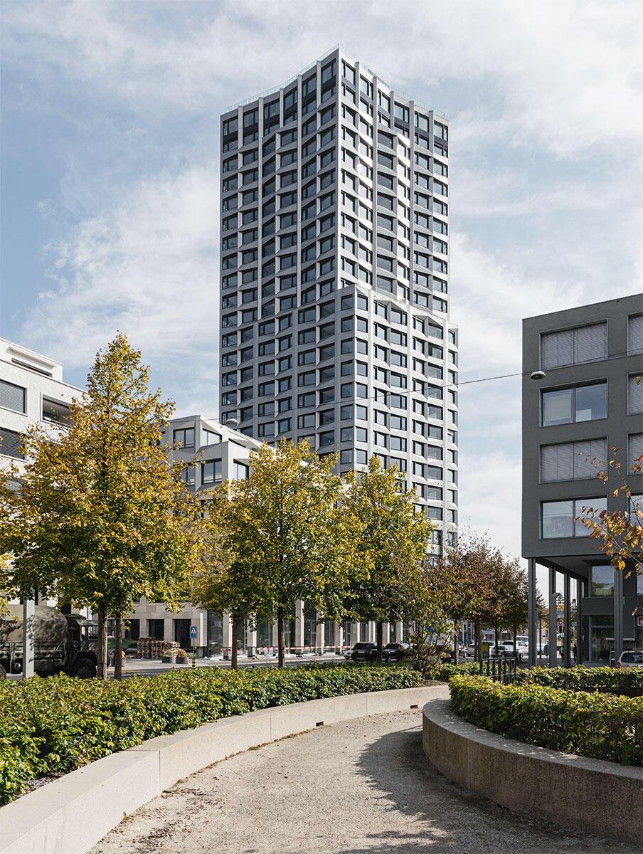 Der Limmat Tower wächst als Merkzeichen des Entwicklungsgebiets Limmatfeld in Dietikon aus dem arkadengesäumten Blockrand heraus.