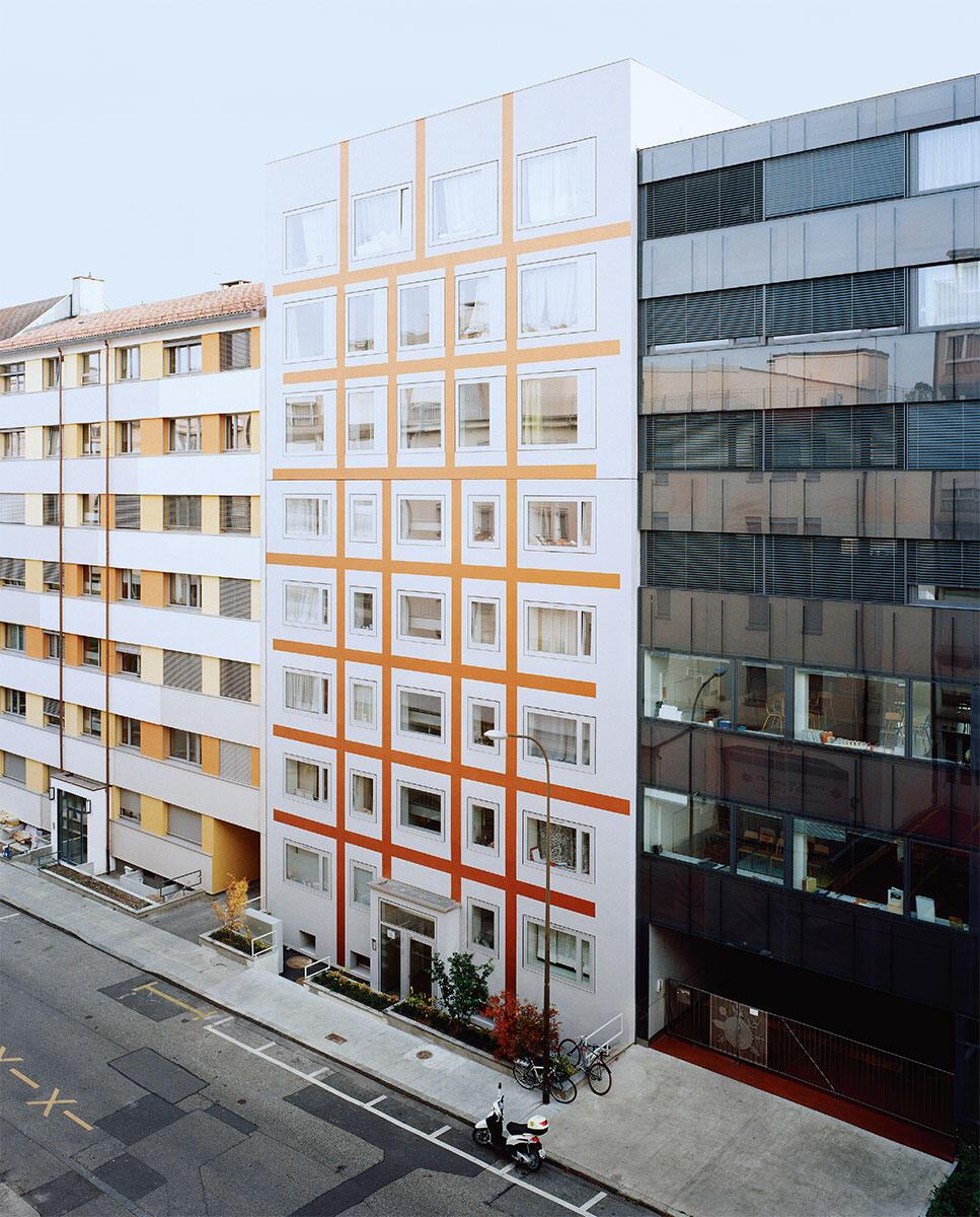 Mit seiner glatten Oberfläche und dem auffälligen, vom Künstler Karim Noureldin entworfenen Gitter fügt sich das aufgestockte Haus in Genf selbstbewusst in seine Nachbarschaft ein. Aufstockung: Raphaël Nussbaumer