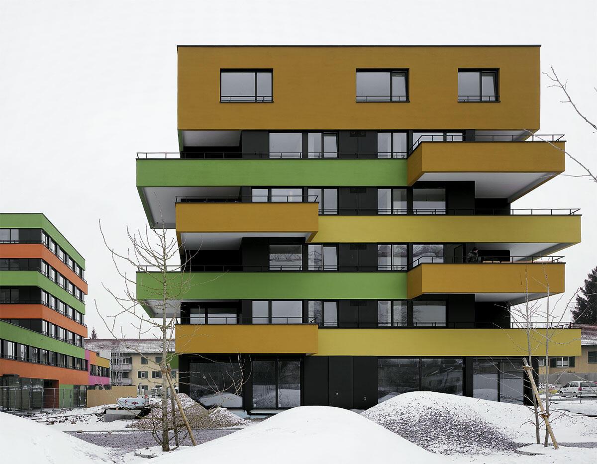 Geschützter Loggiabereich und offener Balkon.