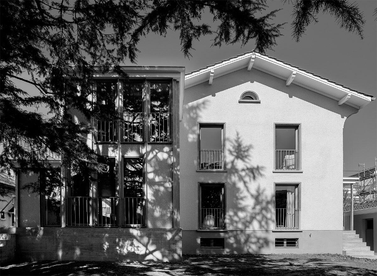 Die Erweiterung ist mit feinen, aussenliegenden Stahlträgern und Holzdecken leicht konstruiert und gibt sich zum Garten durchlässig wie eine Veranda. Die komplexe Volumetrie dagegen erinnert an viktorianische Villen.