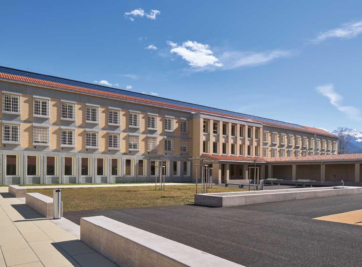 Das Hauptgebäude mit seinen vergitterten Zellenfenstern steht in der klassischen Tradition institutioneller Gebäude. Bild: Ralph Feiner